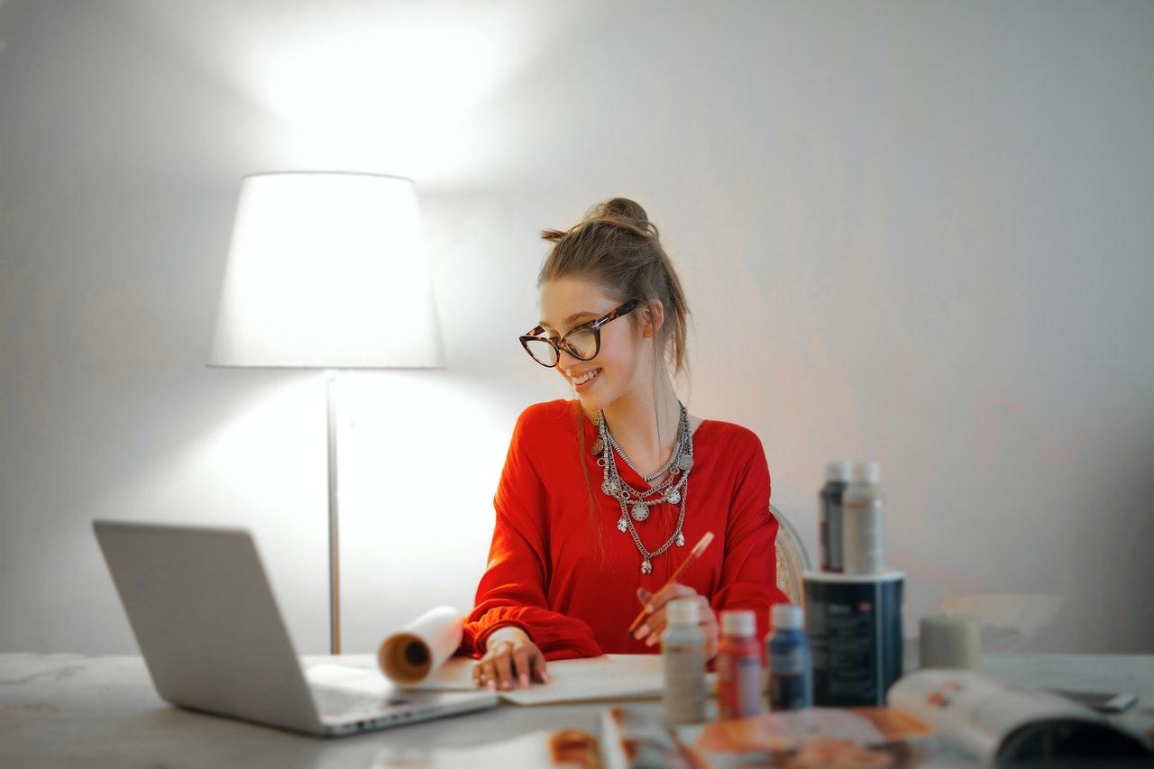 Mujer trabaja imagen del plan de igualdad en la empresa